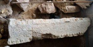کشف سنگ قبر قدیمی در مسجد روستای چشمه گیلاس چناران