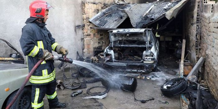 ۴ مجروح بر اثر آتشسوزی مهیب تعمیرگاه خودرو های سواری در منطقه پنجتن مشهد